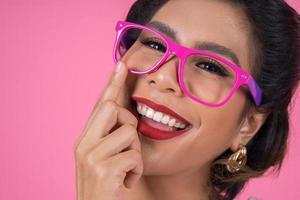 Porträt einer modischen Frau mit Sonnenbrille