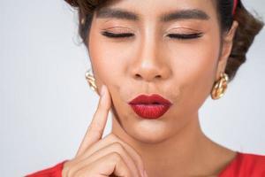 Nahaufnahme der modischen Frau mit den roten Lippen foto
