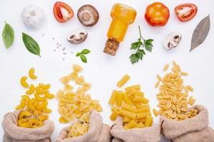 verschiedene Nudeln und Kochzutaten