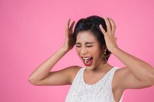 Emotion einer schönen Frau aus einer großen Überraschung foto