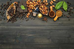 Kaffee und Schokolade mit Gewürzen auf einem dunklen hölzernen Hintergrund foto
