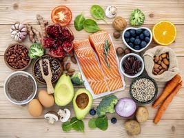 gesunde Zutaten auf einem hölzernen Hintergrund foto