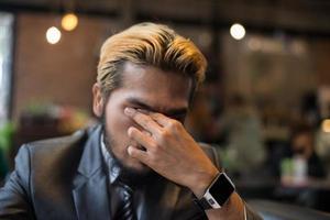 Geschäftsmann, der über ein Problem im Café nachdenkt foto