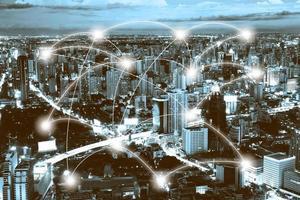 Nachtstadtbild und 3D-Netzwerkverbindungskonzept