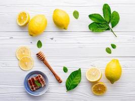Zitrone und Honig auf einem weißen hölzernen Hintergrund foto
