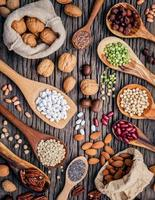 verschiedene Hülsenfrüchte und Nüsse foto