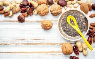 Nüsse auf einem weißen hölzernen Hintergrund foto