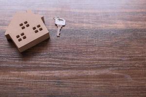 kleines Holzhaus mit Schlüssel foto