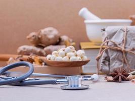 Stethoskop mit gesunden Lebensmitteln foto