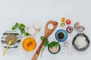 Zutaten für ein Nudelgericht kochen foto