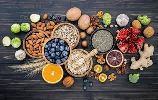 Draufsicht auf gesunde Lebensmittel auf Schiefer foto