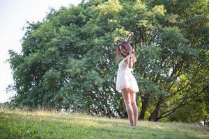 schöne Frau draußen im Naturpark foto