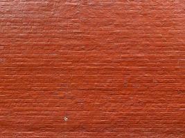 leuchtend rot gestrichene alte Backsteinmauer