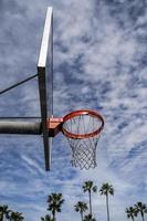 Outdoor-Basketballfelge an einem wolkigen und sonnigen Tag foto