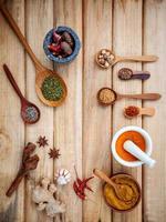 Rahmen aus Gewürzen und Nüssen auf Holz foto