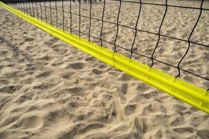 Beachvolleyballnetz an einem sonnigen Tag foto