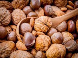 verschiedene Nüsse mit Löffel foto