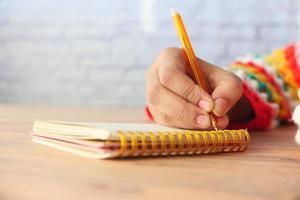 Nahaufnahme der Handschrift der Frau auf Notizblock foto