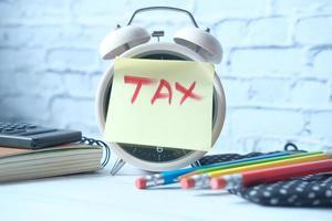 Steuerwort auf Wecker mit stationär auf dem Tisch