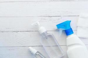 Händedesinfektionsmittel auf Holztisch, Nahaufnahme foto