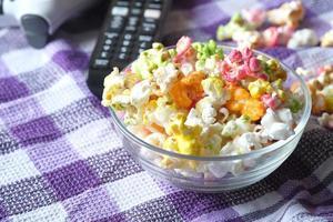 High Angle View von Popcorn und TV-Fernbedienung auf dem Tisch