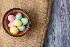 Osterkonzept mit Eiern auf grauem Hintergrund