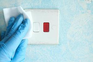 Reinigen und Desinfizieren des elektrischen Schalters mit Taschentüchern