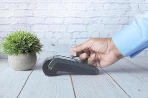 kontaktloses Zahlungskonzept mit jungem Mann, der mit Kreditkarte zahlt