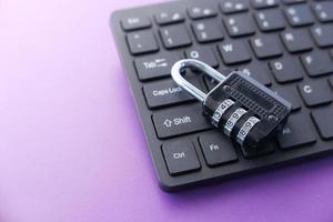 Internet-Sicherheitskonzept mit Vorhängeschloss auf Computertastatur foto