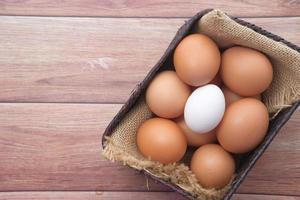 Draufsicht von Eiern in einer Schüssel auf Tisch