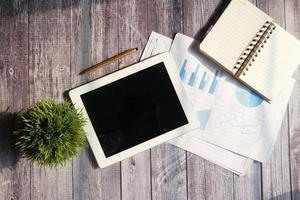 Draufsicht des digitalen Tablets mit Büromaterial auf Tisch foto