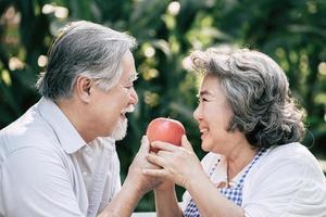 älteres Ehepaar, das zusammen gesundes Essen kocht foto