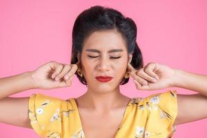 Modefrau hält sich die Ohren zu