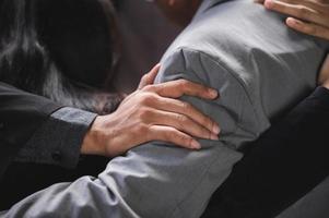 Nahaufnahme der Hände von Geschäftsleuten auf den Schultern des Geschäftsmannes