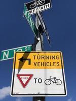 gelbe drehende Fahrzeuge unterschreiben auf einer Stange in New York City foto