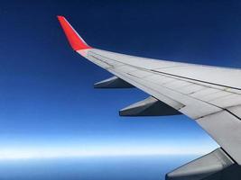 Flugzeugflügel am Himmel