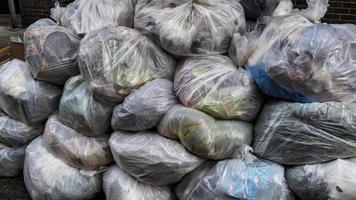 Müllsäcke auf der Straße schließen foto