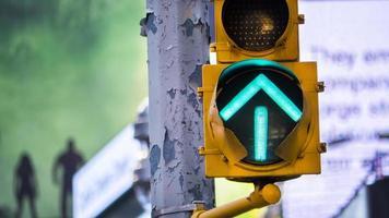 grüne Pfeil Verkehrsampel foto