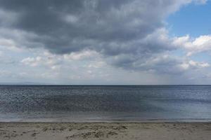 dunkle Wolken am Strand