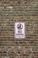 Kein Dumping-Videoüberwachungsschild an einer Mauer foto