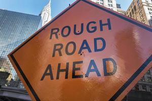 orange raues Straßenschild voraus foto