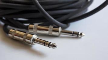 Schließen Sie Audio-Buchsen auf einem weißen Tisch