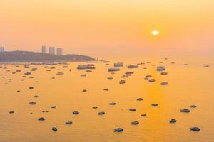 schöner tropischer Strand um Pattaya City