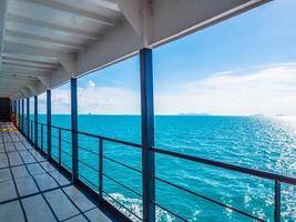 Balkon der Kreuzfahrt oder des Bootes mit schönem Meerblick auf blauen Himmel foto