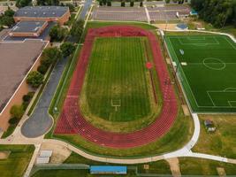 Luftaufnahme des grünen Sportplatzes foto