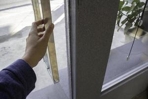 Hand der Person, die eine Glastür öffnet foto