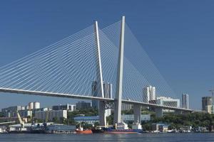 Stadtbild mit Zolotoy-Brücke in Wladiwostok, Russland foto