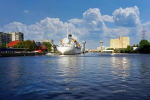 großes Schiff im Pregolya-Fluss mit bewölktem blauem Himmel in Kaliningrad, Russland foto