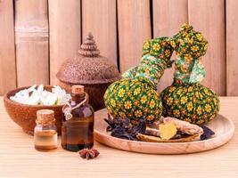 natürliche Spa Kräuterkompressionskugeln und ätherische Öle foto