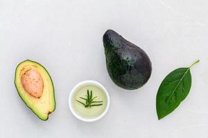 Avocado und Blätter foto